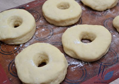 Tapar con un paño durante 30 minutos - Donuts veganos caseros de chocolate al horno