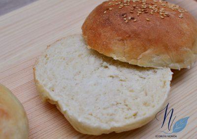 Pan de Viena vegano - Pan de hamburguesa - Pan horneado y cortado